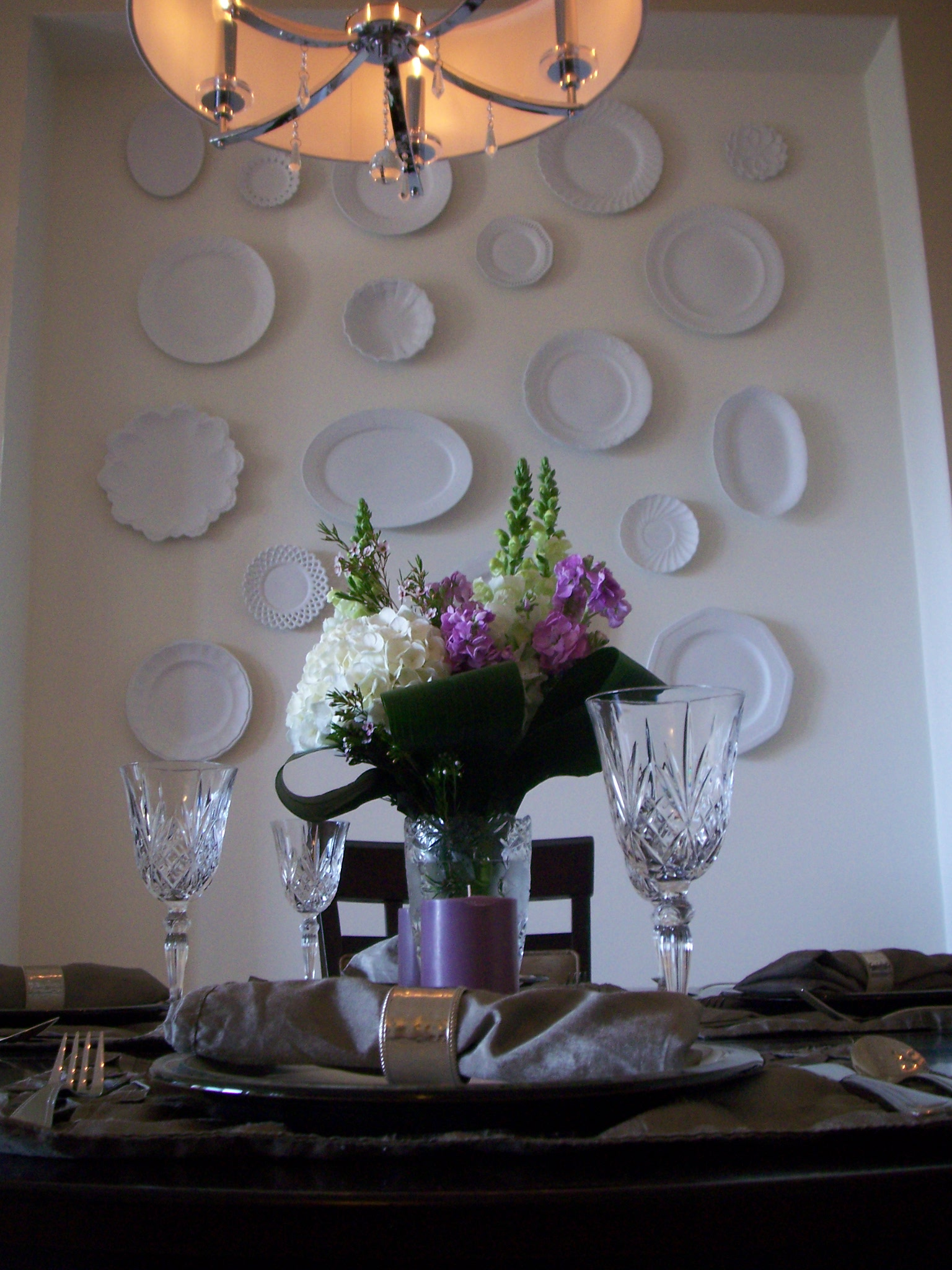 Having the plates go so far up the wall really visually increases the height of the ceilings in the dining area and makes it feel special.