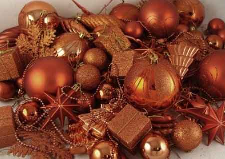 If I were ever to do blue and orange Christmas decor I would go for more of a bronzed orange like this. I find the full-fledged orange a bit much.