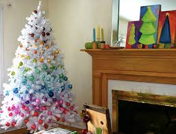 I'm glad that they went for a white tree with these decorations. It keeps it from going over the edge.